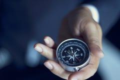 Affärsman med ett kompassinnehav i hand royaltyfri foto