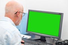 Affärsman med exponeringsglas genom att använda datoren royaltyfri fotografi