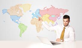 Affärsman med färgrik världskartabakgrund Arkivfoto