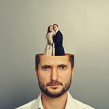 Affärsman med förälskade par Royaltyfri Foto