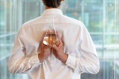 Affärsman med flaskan av vatten i labb Arkivfoto
