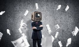 Affärsman med gammal TV i stället för huvudet Arkivfoton
