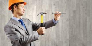 Affärsman med hammaren Royaltyfria Bilder