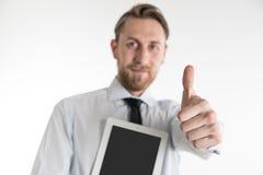 Affärsman med hans minnestavla och tumme upp Arkivfoto