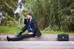 Affärsman med hans skateboard Royaltyfri Fotografi