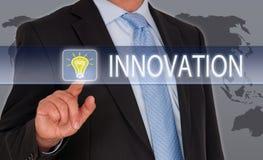 Affärsman med innovationpekskärmen royaltyfria foton
