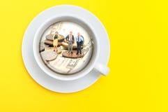 Affärsman med kaffe royaltyfri foto
