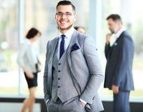 Affärsman med kollegor Royaltyfri Bild