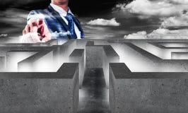 Affärsman med labyrint, affärsidé av beslutsfattande Arkivfoto