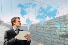 Affärsman med minnestavlavärldskartamolnet som beräknar globalt begrepp Arkivfoto