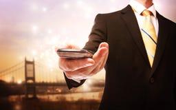 Affärsman med mobiltelefonen Arkivfoton