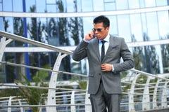Affärsman med mobiltelefonen Royaltyfri Bild