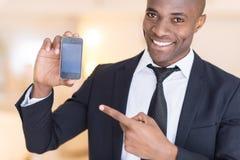 Affärsman med mobiltelefonen. arkivbilder