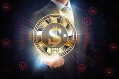 Affärsman med nätverket för affär för mynt för valuta för bit för kvarterkedja som det crypto bryter begreppsdesign i hand arkivbilder