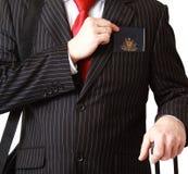 Affärsman med passet i facket Arkivfoto