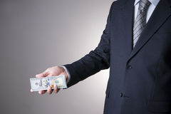 Affärsman med pengar i studio white för dollar för sedelbegreppskorruption isolerad kuvert fakturerar dollar hundra Arkivbilder