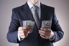 Affärsman med pengar i studio white för dollar för sedelbegreppskorruption isolerad kuvert fakturerar dollar hundra Royaltyfria Foton