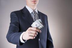 Affärsman med pengar i studio white för dollar för sedelbegreppskorruption isolerad kuvert fakturerar dollar hundra Royaltyfri Bild