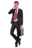 Affärsman med portföljen som talar på telefonen Royaltyfri Foto