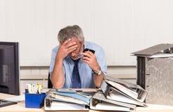 Affärsman med sammanbrott overstressed på hans kontorsskrivbord Arkivfoto