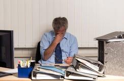 Affärsman med sammanbrott overstressed på hans kontorsskrivbord Royaltyfria Foton