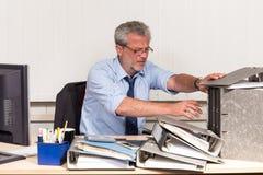 Affärsman med sammanbrott overstressed på hans kontorsskrivbord Arkivbild