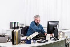 Affärsman med sammanbrott overstressed på hans kontorsskrivbord Fotografering för Bildbyråer