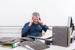 Affärsman med sammanbrott overstressed på hans kontorsskrivbord Arkivfoton