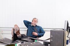 Affärsman med sammanbrott overstressed på hans kontorsskrivbord Royaltyfri Foto