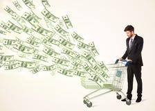 Affärsman med shoppingvagnen med dollarräkningar Royaltyfri Bild