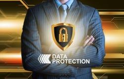 Affärsman med skölden för dataskydd Fotografering för Bildbyråer