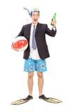 Affärsman med snorkeln som rymmer en flaska av öl royaltyfri fotografi