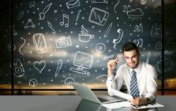 Affärsman med sociala massmediasymboler Arkivbild