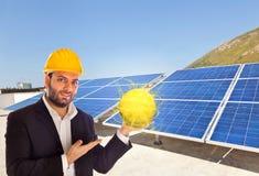 Affärsman med solpanelen royaltyfria bilder