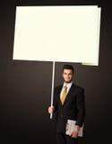 Affärsman med stolpe-honom papper Arkivfoton