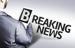 Affärsman med textbreaking news i en begreppsbild Arkivbilder