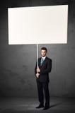 Affärsman med tom whiteboard Royaltyfri Bild