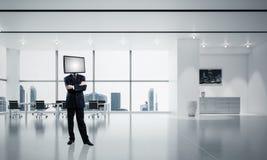 Affärsman med TV i stället för huvudet Arkivfoto