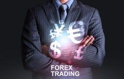 Affärsman med världen av valutaforexhandeln Arkivbilder