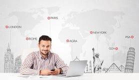 Affärsman med världskartan och viktiga gränsmärken av världen Royaltyfria Bilder