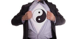 Affärsman med yin och den yang t-skjortan royaltyfri bild