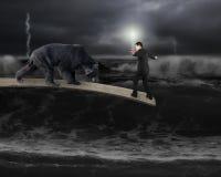 Affärsman mot björnen som balanserar på planka med mörk stormig oce Royaltyfria Bilder