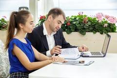 Affärsman och affärsdam på ett möte De diskuterar avtalet Arkivfoto