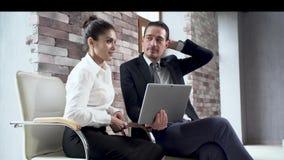 Affärsman och affärskvinna att sitta och ha en diskussion lager videofilmer