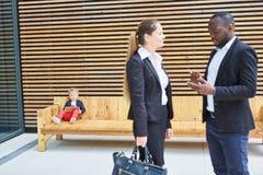 Affärsman och affärskvinna i dialog royaltyfria bilder