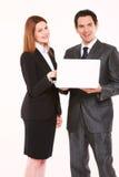 Affärsman och affärskvinna med bärbar dator arkivfoto
