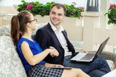 Affärsman och affärskvinna på ett möte De diskuterar arbetet Royaltyfri Foto