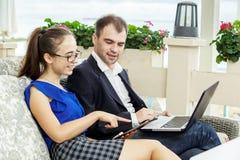 Affärsman och affärskvinna på ett möte De diskuterar arbetet Arkivbild