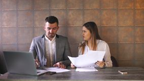 Affärsman och affärskvinna som diskuterar arbete på lunch i ett kafé stock video