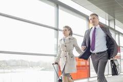 Affärsman och affärskvinna som rusar i järnvägstation Arkivfoton